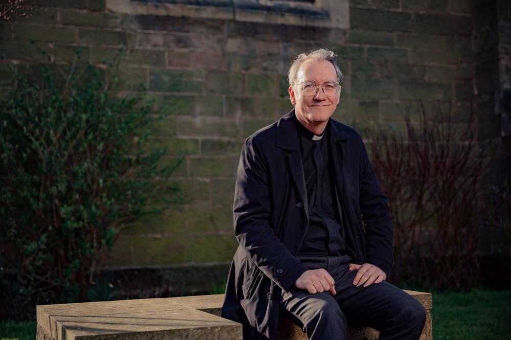 Rev. Dr. Sudworth vor der Pfarrkirche Aller Heiligen in Kings Heath, Birmingham.