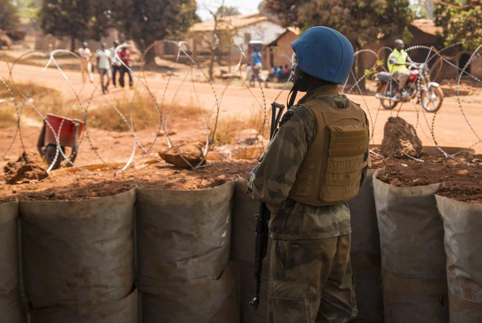El personal de mantenimiento de la paz de la ONU permanece junto a la barrera de seguridad en la República Centroafricana