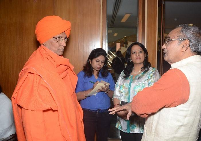 KAICIID Board of Directors Member Swami Agnivesh meets participants on the sidelines of the public event.